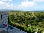 De la terrasse, la vue s'étende de la baie de Rio et la cordillère...