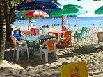 un petit restaurant pieds dans l'eau sur la plage du bourg des Anses d'Arlet