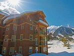 This mountainside condo is only a 10 minute walk to the lifts or a free shuttle