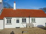 THE OLD JOINER'S SHOP, single-storey cottage near beach, shared patio, near Brid