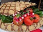 Le PAN bagnat, souvent appelé à tort 'Pain bagnat' est un sandwich Niçois au thon et huile d'olive.