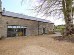 CHESTNUT BARN, luxurious, stunning views, woodburning stove in Aislaby, Ref 941665