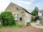THE FORGE, romantic break, all ground floor, private enclosed garden,in Longhorsley, Ref 940924
