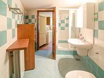 H(4): bathroom with toilet
