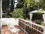 Balcone salotto con vista giardino