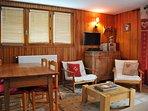 Salon de l'appartement avec espace salle à manger et cuisine ouverte