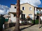 Vue du logement avec le jardin clôturé, la terrasse et le balcon)