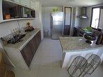 Cozinha ampla e com todos utensílios domésticos.
