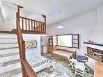 Villa VIOLA. L'accesso al soppalco ed il soggiorno trasformabile. Area living con caminetto.