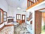 Ingresso del soggiorno trasforamabile, caminetto tradizionale e accesso al bagno