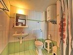 Bagno del soggiorno completo con box doccia e boiler per acqua calda e fredda di Villa VIOLA.
