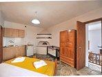 Villa VIOLA. Cucinotto per prima colazione, caminetto tradizionale, lettino baby, accesso soggiorno.