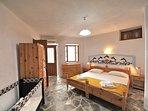 La camera da letto Villa Viola con armadio, cassettiera, lettino baby opzionale.