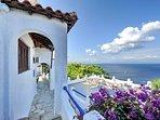 Accesso dalla Villa VIOLA alla Casa JASMINE ed alla grande terrazza panoramica.