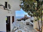 La veranda privata e panoramica della Villa VIOLA con fornello a gas e lavatoio.