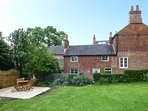 FALLOWFIELDS COTTAGE, chocolate box cottage, character features, off road