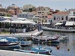 Am  Voulusmeni See in Agios Nikolaos gibt es zahlreiche Tavernen. Das Karnagio ist zu empfehlen.