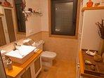 Baño con secador de pelo,toallas,secador de toallas,calefaccion y aire acondicionado.