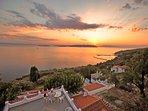Villa VIOLA+Casa JASMINE. Un bel tramonto dalla terrazza panoramica adiacente alle due unità.