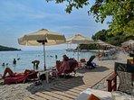 La spiaggia attrezzata di KASTAGNI (Skopelos).