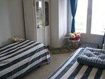 chambre à l'étage avec accès balcon et possibilité lit double de 180