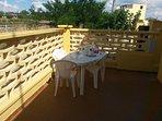 Veranda esterna con tavolo e sedie