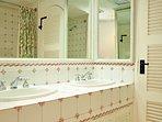 Glitter Bay 202 - Bathroom