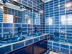 Master bedroom - en suite bathroom