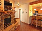 Amazing Townhouse with Fireplace, Common Hot Tub, and private Garage