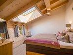 2 Schlafgalerien Modern Alps mit Boxspringbett für 2 Personen. 1 mal mit Fernseher
