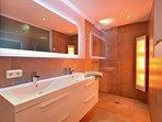 Badezimmer Modern Alps mit Sunshower/infrarotdusche und Toilette. 2e separate Toilette im App.