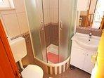 Ljubicasti (2): bathroom with toilet