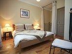 la premiere chambre avec un lit de 160cm, la salle d'eau et un wc indépendant