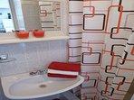SA4 crveni(2+1): bathroom with toilet