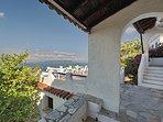 La grande terrazza panoramica dall'entrata della Casa JASMINE e scale d'accesso alla Villa VIOLA.