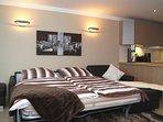 Ledergarnitur im Wohnzimmer mit integriertem 1,80 m breitem Doppelbett