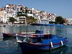La cittadina di Skopelos vista dal mare.