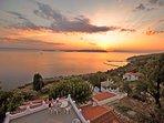 Villa ERIKA+Casa VERONICA.. Un bel tramonto dalla terrazza panoramica adiacente alle due unità.