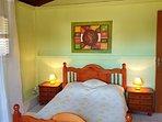 Chambre 1, lit double, climatiseur, penderie et commode.