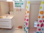 Salle de bain, douche, wc, machine à laver et lessive. Fourniture des produits de base.