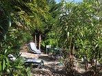 im privaten Garten stehen Sonnenliegen,Dousche zur Abkühlung,Grill,Tisch +Stühle zur Verfügung