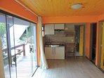 Sala/ cozinha equipada com fogão (2 bocas) geladeira (120 l) micro ondas (30 l) mesa com 4 cadeiras