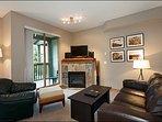 Ampio soggiorno con TV a schermo piatto e caminetto a gas e accesso privato al balcone