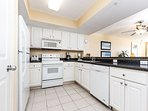 Fully equipped kitchen with great counter tops, lots os space, s