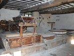 Au Rée de chaussée, la partie 'moulin' avec ses meules à faire de la farine.