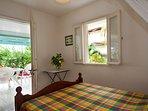 chambre à grand lit vue jardin et mer des caraïbes, plage à 200m. Climatisation,moustiquaire.