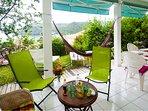 Lagrande terrasse sur jardin,magnifique vue mer et village. hamac,chaises longues,BBQ, WIFI, stores.