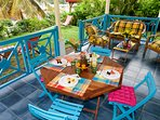 terrasse avec accès direct au jardin, multiples plantes et fleurs repérées par des étiquettes.