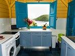 Cuisine entièrement neuve plaques induction, lave linge et lave vaisselle, vue directe sur la mer.