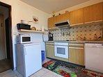 abgetrennte vollausgestattete Küche mit Durchreiche ins Wohnzimmer kitchen, fully edquipped